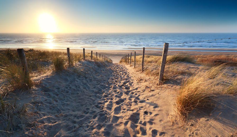 zonsondergang aan zee nederland